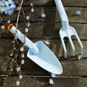 Linia Inspiration to gama narzędzi ogrodniczych do pielęgnacji małych roślin. W nowej, barwnej odsłonie – malinowej (Ruby) i błękitnej (Lucy). Sekatory nożycowe oprócz swojej artystycznej odsłony, zachwycają jakością, ergonomią i funkcjonalnością. Fot. Fiskars
