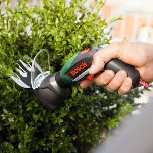 Zestaw IXO Garden. Adapter do wkrętarki IXO marki Bosch. Końcówka do cięcia trawy i krzewów pomoże przy formowaniu drzewek ozdobnych w ogrodzie. Adapter ma też ostrze do przycinania trawy przy krawędziach. Fot. Bosch
