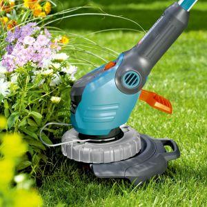 Podkaszarka żyłkowa Powercut 500 nadaje się do różnych zastosowań, niezależnie od tego, czy trzeba skosić długie brzegi trawnika, miejsca trudno dostępne, czy przerośnięte krawędzie. Bardzo duży przycisk włączający zapewnia wygodną obsługę. Regulowany uchwyt umożliwia komfortową i stabilną obsługę podkaszarki. Fot. Gardena
