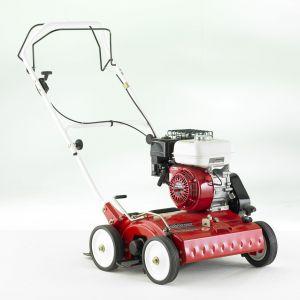 Wertykulator TV 510 o szer. roboczej 45 cm z silnikiem Honda GX 160 o mocy 4,8KM. Po wymianie elementu roboczego na wał aeracyjny może być stosowany do aeracji trawników. Fot. Honda