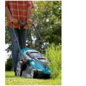 Kosiarka Gardena PowerMax 42E. Nadaje się do cięcia każdego rodzaju trawnika, nawet do wysokiej lub wilgotnej trawy. Centralny system regulacji wysokości koszenia z 5 pozycjami i podziałką wysokości. Fot. Gardena