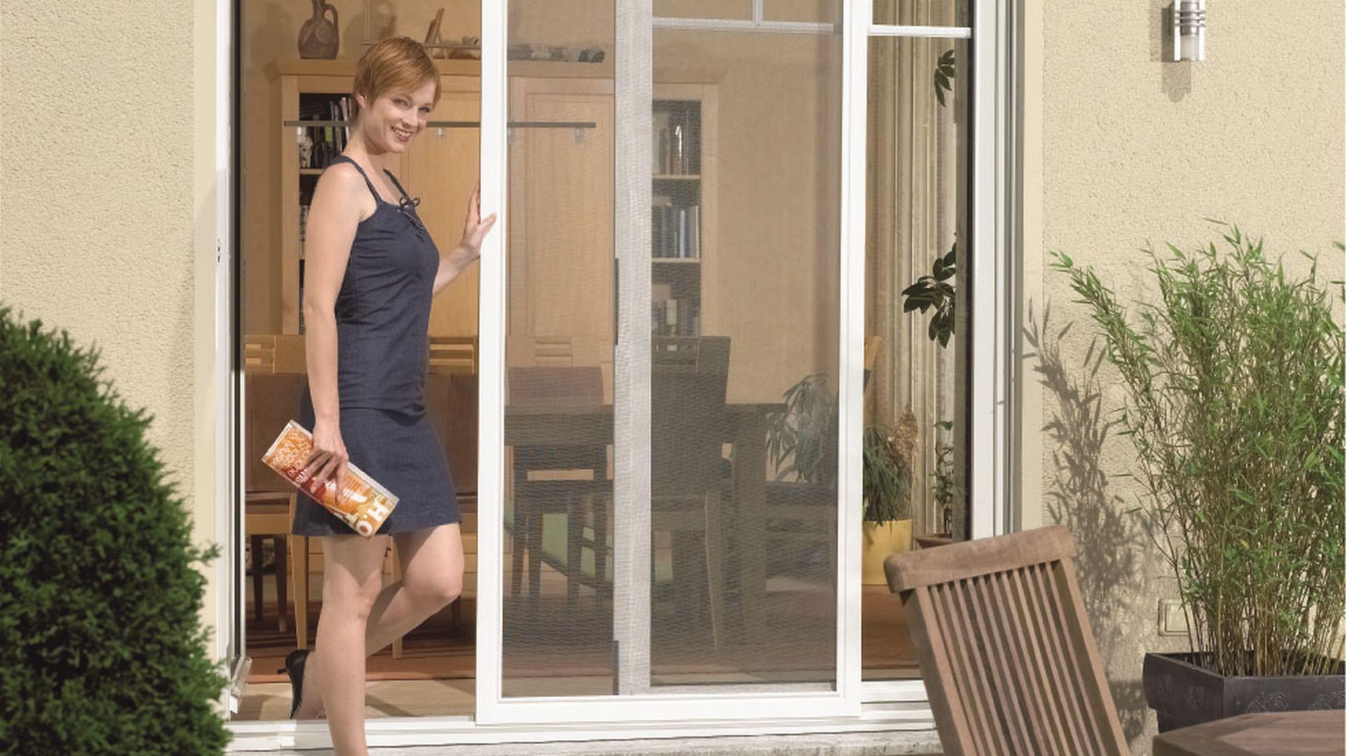 Zabezpieczenie okien przed owadami: moskitiera przesuwna. Fot. Awilux