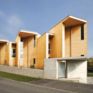Drewno jest znakomitym sposobem wykończenia elewacji w stylistyce tradycyjnej, ale i nowoczesnej. Elewacje drewniane zapewniają budynkowi dobrą izolację cieplną, a dzięki skłonności do szybkiego kondensowania pary wodnej, zmniejszają ryzyko zatrzymywania wilgoci. Warto jednak wyjątkowo starannie przemyśleć wybór rodzaju drewna, a przede wszystkim regularnie je konserwować. Fot. DLH