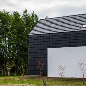 Orea 9 to nowoczesna dachówka ceramiczna wielkoformatowa (9,6-10,5 szt./m2). Dzięki jej proporcjom i gładkiej powierzchni doskonale wygląda nie tylko na dachu, ale także na elewacji, dając możliwość oryginalnej aranżacji fasady. Pozwala osiągnąć efekt płynnego przejścia połaci dachowej na ściany zewnętrzne. Fot. Wienerberger