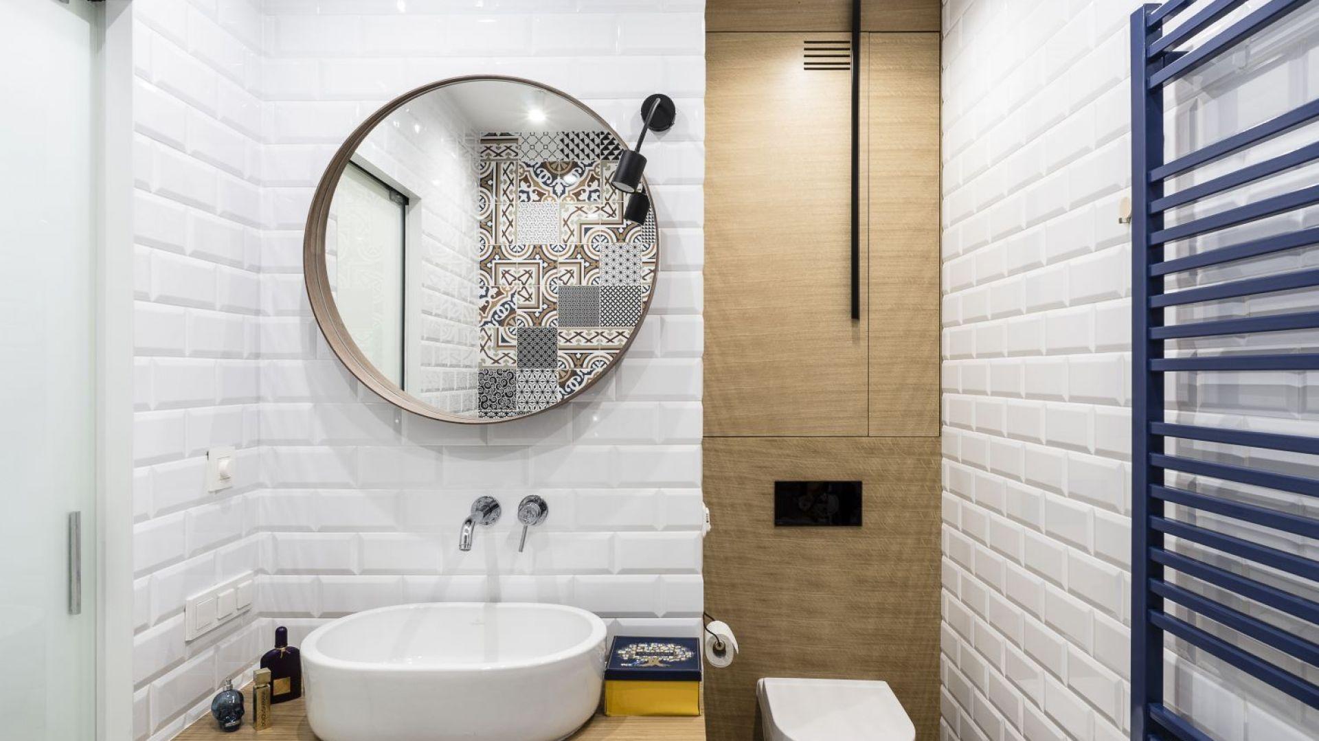 W łazience dominują białe kafle ocieplone drewnem. Projekt: Magdalena Bielicka, Maria Zrzelska-Pawlak. Fot. Foto&Mohito
