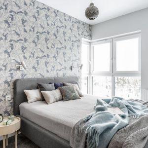 Sypialnia kontynuuje kolorystykę znaną z reszty mieszkania. Projekt: Magdalena Bielicka, Maria Zrzelska-Pawlak. Fot. Foto&Mohito