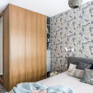 Drewniana zabudowa mieści pojemną szafę oraz ogromne lustro. Projekt: Magdalena Bielicka, Maria Zrzelska-Pawlak. Fot. Foto&Mohito