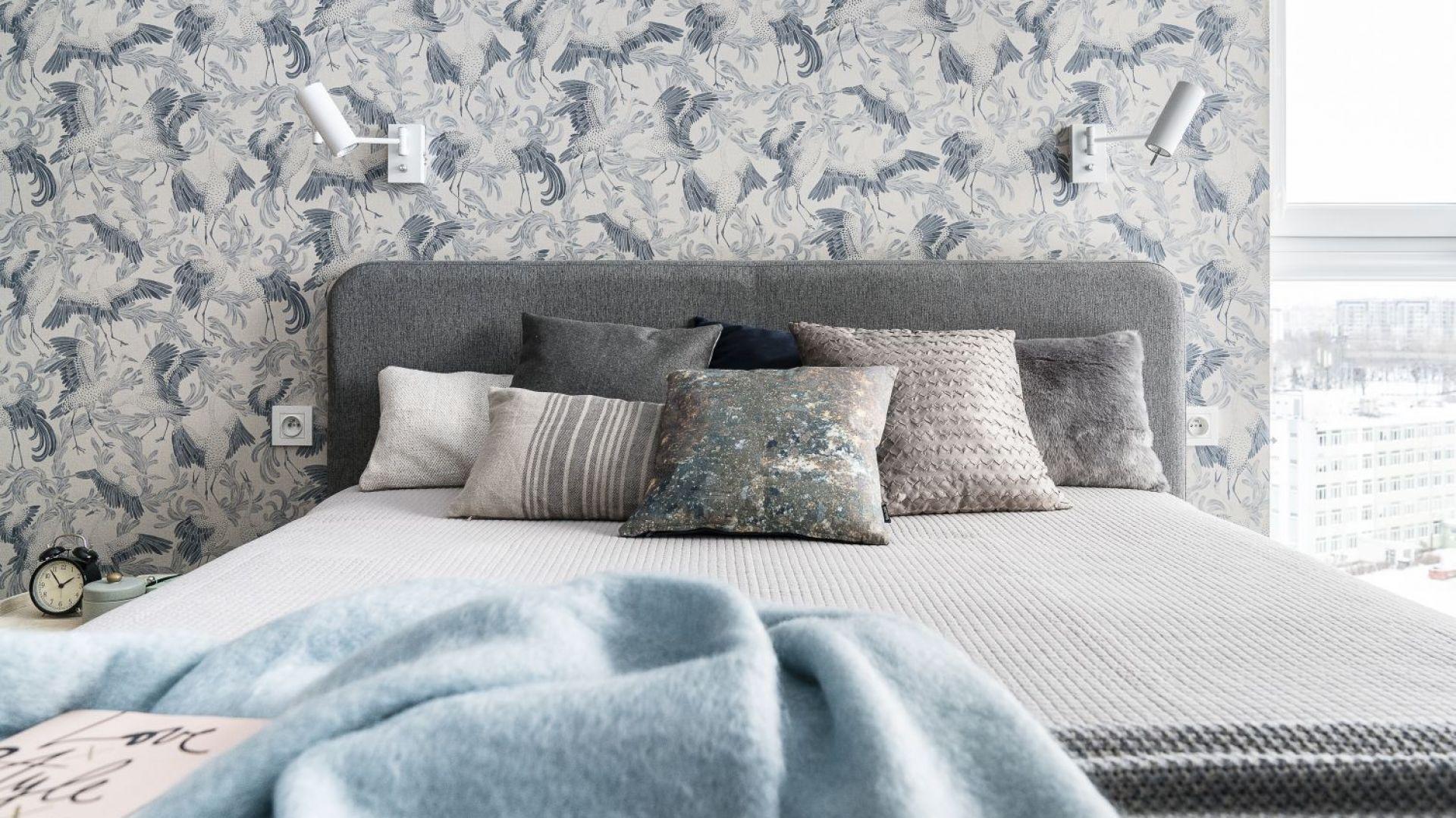 Delikatna tapeta z orientalnym wzorem zdobi ścianę nad łóżkiem. Projekt: Magdalena Bielicka, Maria Zrzelska-Pawlak. Fot. Foto&Mohito