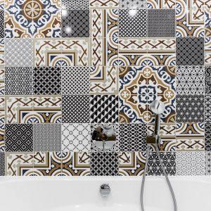 Ścianę nad wanną zdobi ceramiczny patchwork. Projekt: Magdalena Bielicka, Maria Zrzelska-Pawlak. Fot. Foto&Mohito