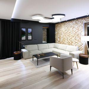 """Piękna drewniana ściana za kanapą to niewątpliwa ozdoba tego salonu. Niesztampowe ułożenie """"na sztorc"""" drewnianej mozaiki wykonano tu na zamówienie. Projekt: Jan Sikora. Fot. Bartosz Jarosz"""