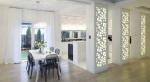 Ściany w salonie, kuchni czy sypialni mogą być wyjątkową ozdobą wnętrza. Aby stanowiły niesztampową dekorację możemy zastosować ażurowe panele, beton, ciekawą farbę, drewno, cegłę czy fototapetę.