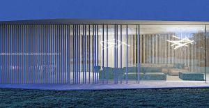 Elewacja budynku w parterze płynnie przechodzi od rytmicznej, osłoniętej równomiernie rozstawionymi lamelami, poprzez zaburzenia rytmu do nie osłoniętej, przeszklonej, otwartej na ogród. Projekt i wizualizacje: ANIEA - Andrzej Niegrzybowski architekt