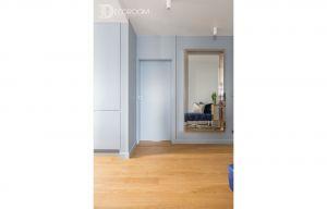 W mieszkaniu na warszawskiej Pradze  dominuje kolor niebieski z elementami gołębiej szarości i bieli. Projekt i zdjęcia: Decoroom