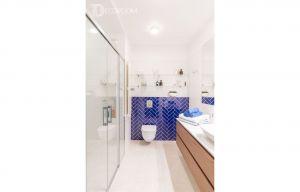 Aranżacja łazienki również została podporządkowana kolorystycznemu reżimowi. Tu także pojawia się ten sam odcień niebieskiego, co w sypialni.