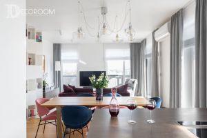 Wnętrze jest nowoczesne w klasycznym wydaniu i w spokojnych barwach – dominują odcienie niebieskiego, szarości i bieli z akcentami różu i fioletu. Projekt i zdjęcia: Decoroom