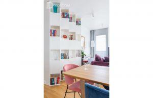 Mieszkanie urządzono elegancko i komfortowo. Wnętrze jest nowoczesne w klasycznym wydaniu i w spokojnych barwach. Projekt i zdjęcia: Decoroom