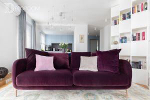 W części wypoczynkowej uwagę przyciąga komfortowa, fioletowa kanapa oraz regały o niestandardowej kubicznej formie. Projekt i zdjęcia: Decoroom