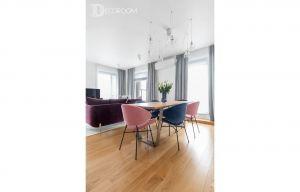 Umowną granicę między kuchnią a salonem wyznacza stół. Projekt i zdjęcia: Decoroom