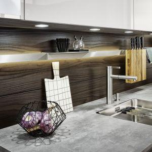 Efektowne relingi w kuchni Sirius|Ikono|Synthia pozwalają maksymalnie wykorzystać ścianę nad blatem, a oświetlenie LED doświetla strefę roboczą. Fot. Leicht