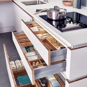 Funkcjonalny system szuflad wraz z organizacją wewnętrzną w kuchni Solid-C|Valais|Classic-FS pozwala na efektowne przechowywanie akcesoriów kuchennych. Fot. Leicht