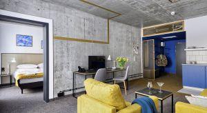 Wnętrza nowo otwartego Hotelu Geologiczna w Warszawie urządzono w nowoczesnym stylu. Surowa baza z mnóstwem szarości betonu, bieli i drewna została przełamana elementami złota i granatu.