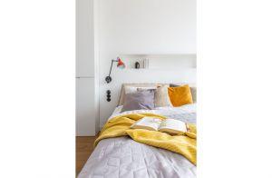 Żółty, mięsisty pled jest nie tylko dekoracją, lecz także zachętą do odpoczynku w cieple i spokoju. Projekt: Architekt wnętrz – Agata Koszelewska / Architekt Kuchni – Wioleta Cieślik (Decoroom)