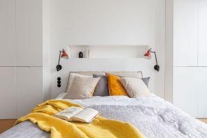 Wystrój sypialni wywołuje skojarzenia ze spokojem i komfortem. Projekt: Architekt wnętrz – Agata Koszelewska / Architekt Kuchni – Wioleta Cieślik (Decoroom)