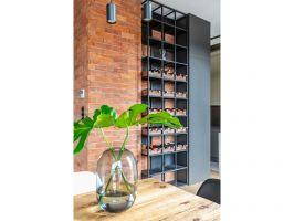 W całym mieszkaniu są identyczne czarne włączniki, wyłączniki i kontakty nawiązujące designem do akcesoriów z ebonitu popularnych w początkowych dekadach minionego wieku. Projekt: Architekt wnętrz – Agata Koszelewska / Architekt Kuchni – Wioleta Cieślik (Decoroom)