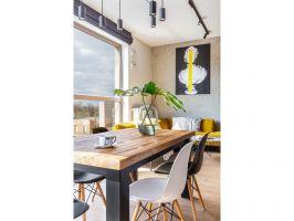 Jak przystało na loft, we wnętrzach zastosowano proste materiały: cegłę, drewno, sporo elementów metalowych. Projekt: Architekt wnętrz – Agata Koszelewska / Architekt Kuchni – Wioleta Cieślik (Decoroom)