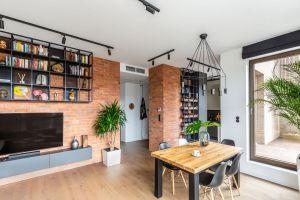 Inwestor pragnął zaaranżować wnętrza apartamentu na Bemowie w stylu loftowym, a jednocześnie podkreślić jego przytulny, skłaniający do odpoczynku klimat. Projekt: Architekt wnętrz – Agata Koszelewska / Architekt Kuchni – Wioleta Cieślik (Decoroom)