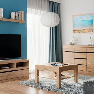 Nieduży stolik Summer w kolorze San Remo, inspirowany naturalnym drewnem, będzie idealnym meblem do niewielkich mieszkań. Zaletą stolika jest praktyczna półka znajdująca się pod blatem. Fot. Meble Wójcik