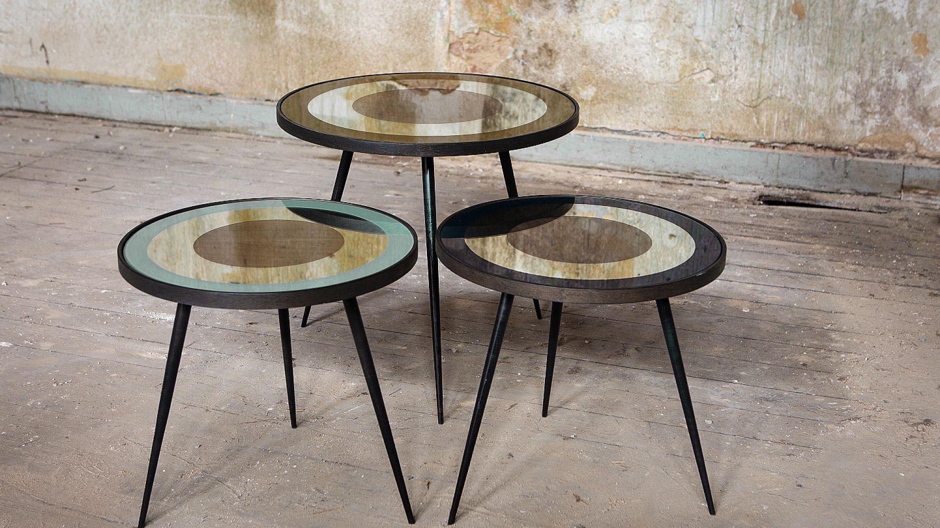 Stolik kawowy Bullseye składa się z blatu lustrzanego, częściowo pomalowanego na zielony kolor i metalowej ramy. W kolekcji dostępne są trzy stoliki o różnych wymiarach i kolorach. Poza niebieskim, jest także złoty i zielony. Fot. Notre Monde