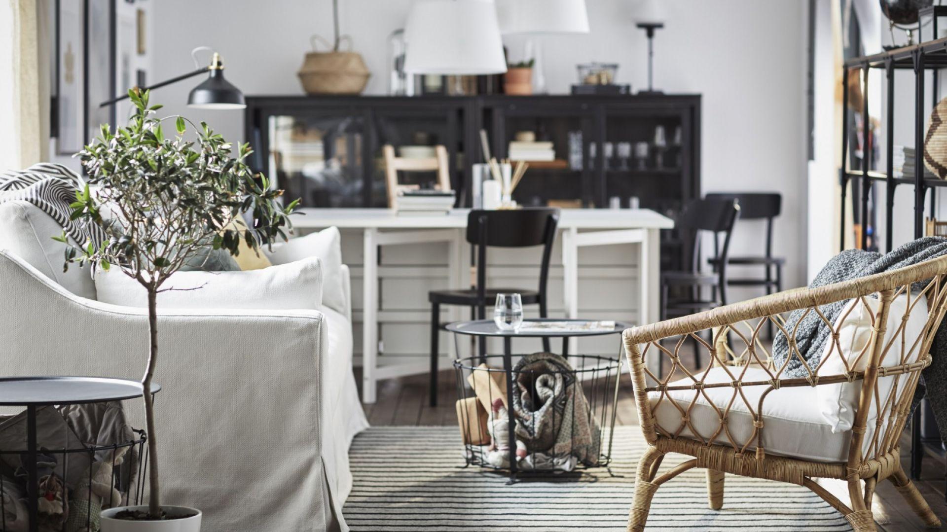 Stolik kawowy Gualov z miejscem do przechowywania. Fot. IKEA