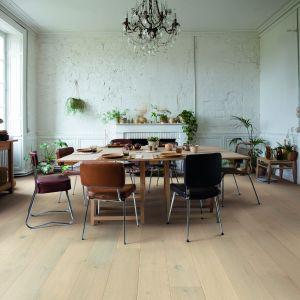 Podłoga drewniana z kolekcji Palazzo o wzorze zamrożony dąb; czterostronna faza; wykończenie lakierowane, ekstramatowe. Fot. Quick-Step