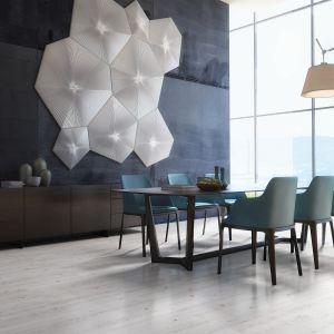 Przestrzenna dekoracja ścienna stanie się głównym wyróżnikiem wnętrza. Na zdjęciu: panele podłogowe City Świerk Catania od RuckZuck. Fot. RuckZuck