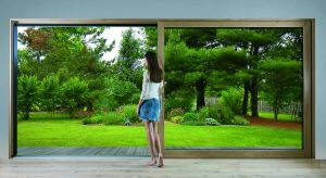 Już od kilku sezonów wielkoformatowe przeszklenia z lubością wykorzystują architekci, tworząc aranżacje w nowoczesnym stylu. Dodają one pomieszczeniom lekkości, zapewniają dostęp naturalnego światła i widok na najbliższe otoczenie budynku.