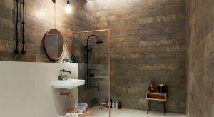 Duże powierzchnie płytek i minimalne użycie fug pozwalają na wyeksponowanie określonych struktur i wzorów. Do modnych imitacji kamieni i drewna dołączają metale.