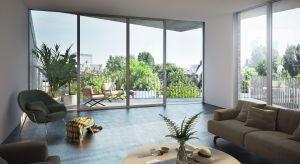 Ogromną zaletą drzwi opartych na konstrukcji podnoszono-przesuwnej jest możliwość stworzenia harmonijnego przejścia na zewnątrz domu.