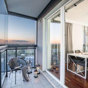 Letnia aranżacja balkonu. Projekt: Decoroom. Fot. Pion Poziom