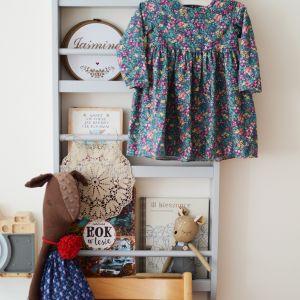 Pokój dziecka - półka wisząca na książki, skarby i drobiazgi. Fot. Sesja zdjęciowa Śladem bosych stóp dla Sleep & Fun