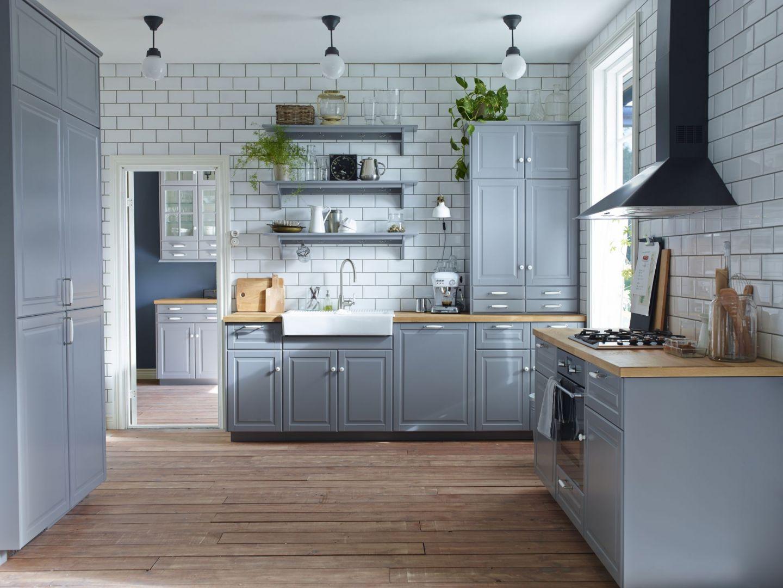 Kuchnia z frezowanymi frontami. Nowoczesna kuchnia to wbrew pozorom nie tylko meble z frontami o gładkiej i połyskującej powierzchni. W tym sezonie równie modne są fronty z dekoracyjnymi frezowaniami.To klasyka w nowoczesnym wydaniu, która łączy tradycyjne wzornictwo z eleganckim minimalizmem. Fot. IKEA