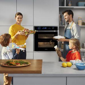 Wnętrze piekarnika Dual Cook można podzielić na dwie komory i ustawić w nich dwa niezależne tryby oraz odmienne temperatury. Fot. Samsung