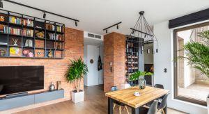 Projektanci z warszawskiej pracowni Decoroom podjęli się trudnego zadania – apartament na Bemowie mieli zaaranżować w stylu loftowym, a jednocześnie podkreślić jego przytulny, skłaniający do odpoczynku klimat.