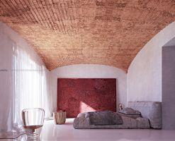 Hotelowi goście mają do dyspozycji czystą i funkcjonalną przestrzeń z ukrytymi szafami, miejscem do pracy i częścią do kontemplacji, uzupełnioną wielkoformatową, monumentalną sztuką. Soczyste, ogniste wręcz kolory równoważy oszczędność w gospodarowaniu elementami wyposażenia i ich naturalność. Projekt i wizualizacje: ANIEA - Andrzej Niegrzybowski architekt
