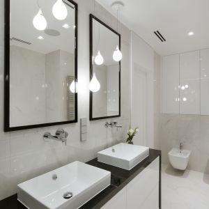 Szafki pod umywalką i we wnęce nad instalacją sedesu podwieszonego zapewniają wystarczającą ilość miejsca na trzymane w tym pomieszczeniu rzeczy. Fot. Pracownia Architektoniczna MGN