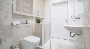 W łazience każda rzecz powinna mieć swoje miejsce. Przełoży się to nie tylko na wygodę korzystania z tego pomieszczenia, ale i wywoła wrażenie schludności oraz ładu we wnętrzu. Potrzebne są więc schowki.