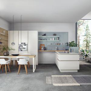 Półwysep w kuchni jest niezwykle przydatnym meblem. Nie tylko oferuje dodatkową powierzchnię roboczą, może również dzielić przestrzeń dzienną na poszczególne funkcje. Fot. Leicht