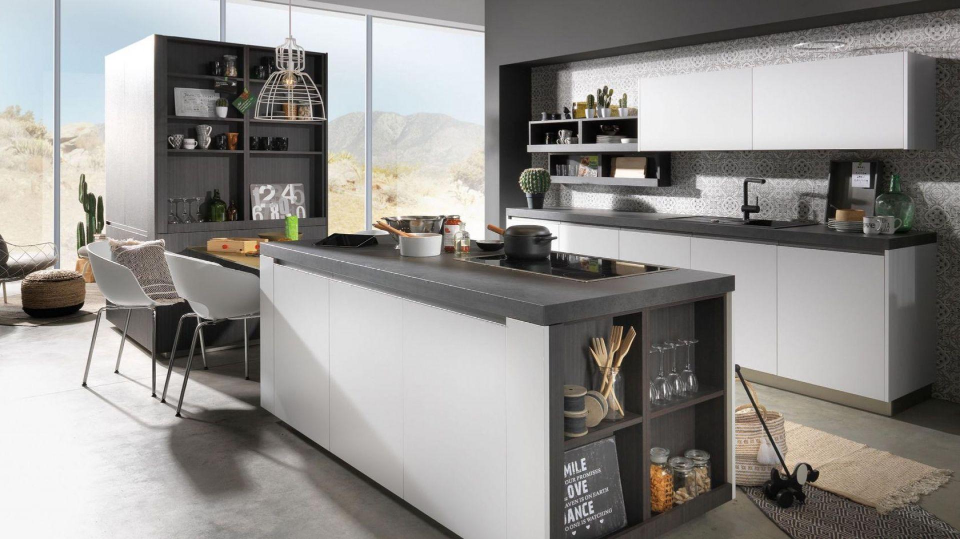 Tu na wyspie kuchennej fronty zaprojektowano w innym kolorze niż blaty. Takie mniej lub bardziej kontrastowe zestawienia w kuchni zyskują na popularności. Fot. Rational