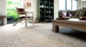 Niewątpliwym plusem wykładzin dywanowych jest ich miękkość i sprężystość. W odróżnieniu od popularnych paneli czy podłóg drewnianych są też ciepłe w dotyku, a dodatkowo mają właściwości wygłuszające, dzięki czemu doskonale tłumią