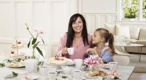 Lekkie, wiosenne przekąski podane na luksusowej porcelanie i radosne uśmiechy dzieci będą dla najlepszym prezentem na Dzień Matki.
